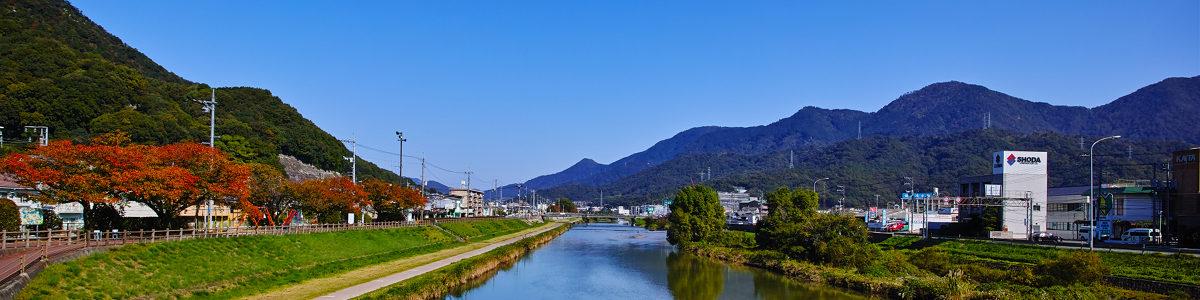 瀬野川の国道2号線沿い 海田自動車学校が目印です